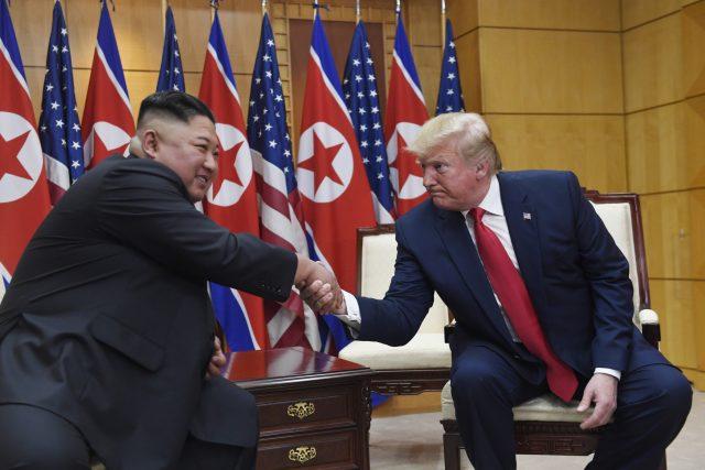 Americký prezident Donald Trump se v neděli v hraniční vesnici Pchanmundžom v demilitarizované zóně mezi Jižní a Severní Koreou potřetí setkal se severokorejským vůdcem Kim Čong-unem.