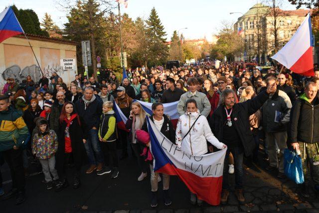 Pietní akt na Albertově a rekonstrukce historického průvodu z roku 1989 směřující na Národní třídu 17. listopadu 2019 v Praze.