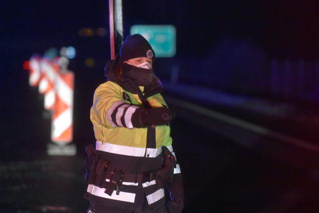 Na dálnici D6 kontrolovali policisté po půlnoci řidiče na hranici obou okresů u Kynšperka nad Ohří