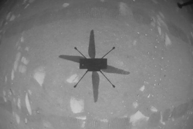 Americká vesmírná agentura NASA  potvrdila,  že se jí podařilo krátce vzletět a následně přistát s malou výzkumnou helikoptérou Ingenuity na povrchu Marsu. | foto: NASA/JPL-Caltech,  NASA