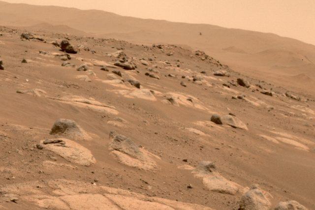 Čtvrtý let vrtulníku Ingenuity  (vpravo uprostřed),  který 30. 4. na Marsu zachytil robotický rover Perseverance | foto: NASA/JPL-Caltech