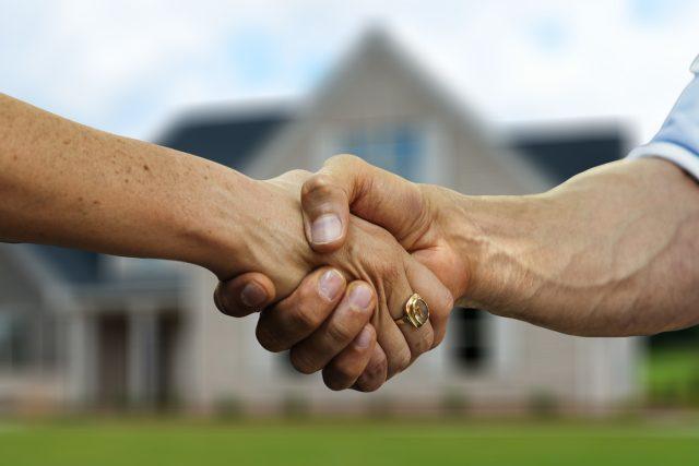 Realitní makléř,  trh s nemovitostmi,  nemovitost,  bydlení  (ilustrační foto) | foto: Pixabay,  CC0 1.0