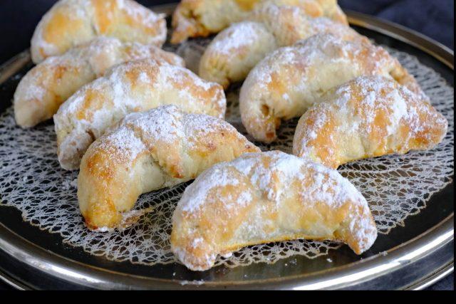 Rohlíčky ještě teplé obalujeme vanilkou ovoněným moučkovým cukrem