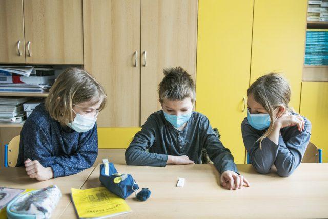 Žáci čekají na výsledek antigenního testu   foto: Michaela Danelová,  iROZHLAS.cz