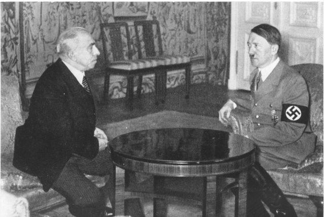 Protektorátní prezident Emil Hácha a nacistický vůdce Adolf Hitler